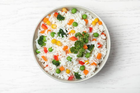 Trata de acompañar tu ración de arroz con vegetales.