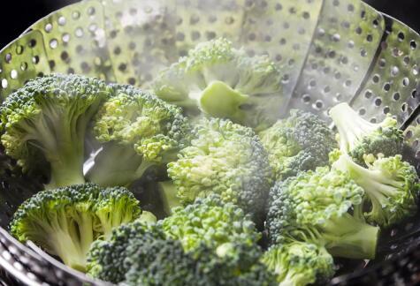 Esta técnica permite que el brócoli quede al dente, crujiente y colorido.