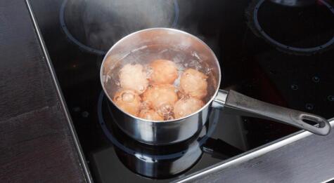 Los huevos se hierven de 7 a 12 minutos.