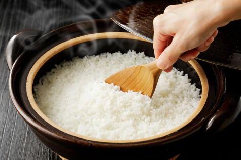 El arroz es una preparación que puedes terminar con el fuego apagado y la olla tapada.