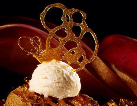 Al caramelo cristalizado puedes darle la forma que quieras: rulos, redes, tiras....