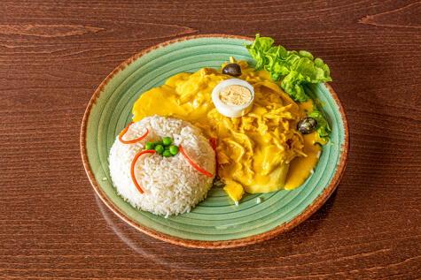 El aderezo de nuestros platos criollos llevan un aderezo con base de cebolla roja, ajo y ají.