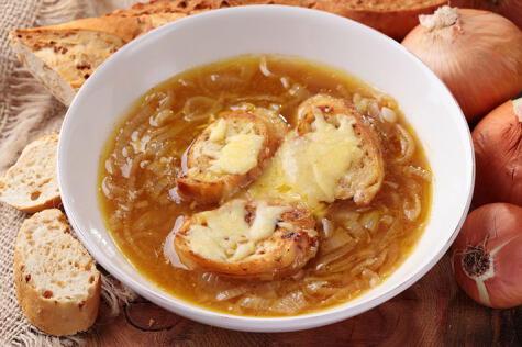 La cebolla blanca se usa en muchos platos importados, como la sopa de cebolla.