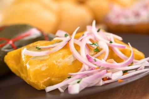 La salsa criolla es la forma en que más consumimos la cebolla roja fresca..