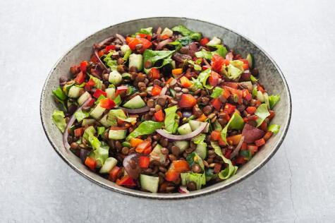Fresca, crujiente, nutritiva: una ensalada de lentejas siempre viene bien.