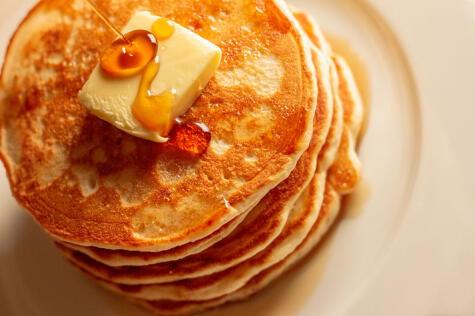 Hotcakes con miel y mantequilla, típico desayuno norteamericano.