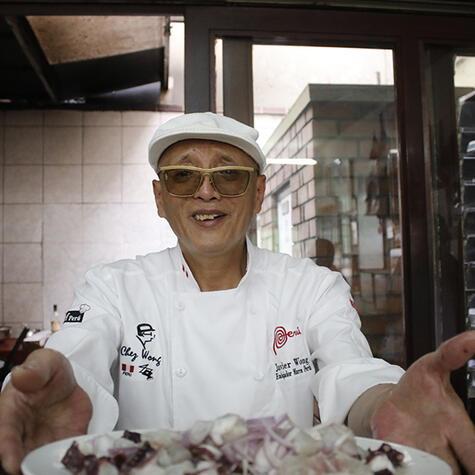 <strong>Javier Wong</strong>, considerado un cocinero de culto, es amo y señor de su huarique.