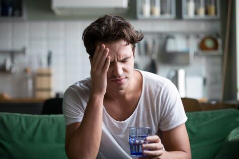 El exceso de alcohol tienen efectos dañinos para la salud, entre ellos, la deshidratación.