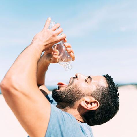 Cuando el cuerpo se deshidrata, necesitamos consumir líquidos.