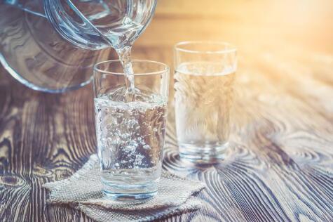 El agua contienen los elementos necesarios para rehidratarnos.