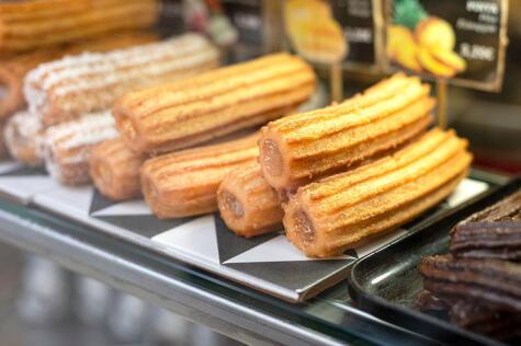 Los churros rellenos suelen tener manjar blanco, chocolate o crema pastelera.