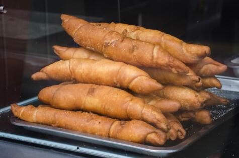 Los churros criollos se enrollan, se fríen y se espolvorean con azúcar.