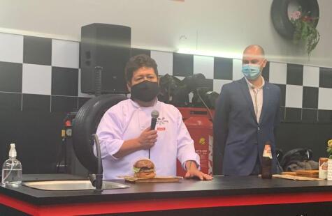 Victor Gutiérrez presenta su hamburguesa ante los invitados.