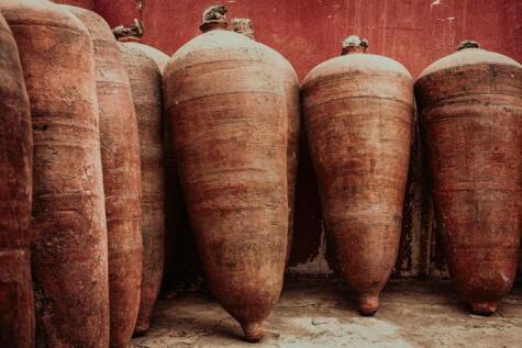 Antiguamente en Perú se usaban botijas de cerámica, llamadas piscos.