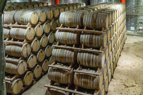 La mayoría del pisco chileno pasa por barricas, las que le dan una tonalidad ámbar y una sabor característico.