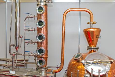 Alambique con columna rectificadora, que permite obtener alcoholes más puros, pero con menos aromas.