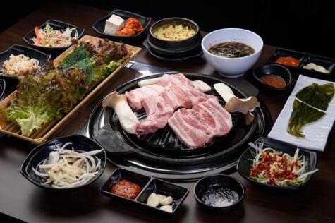 El BBQ coreano se coloca al centro para que cada uno arme su propio bocado.