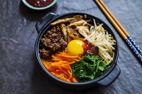 El <em>bibimbap</em> es como un poke: arroz, carne y verduras frías.