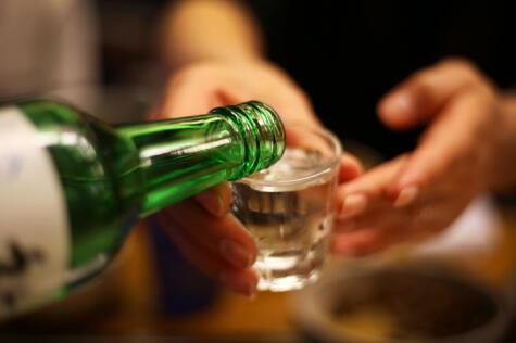 El soju es un destilado de arroz, la bebida bandera de los coreanos.