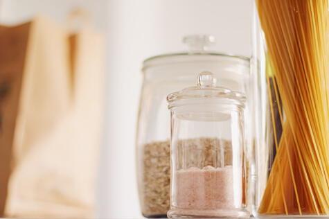 Un frasco hermético y un lugar seco evitarán que la humedad afecta la sal en tu cocina.