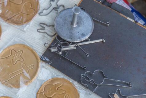 Plancha especial para presionar las galletas. Puedes reemplazarla con un tazón o sartén.