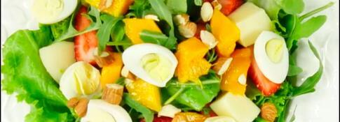 Ensalada de verduras, frutas, queso y huevitos de codorniz