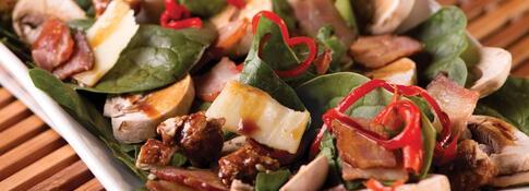 Ensalada de espinaca, champiñones y tocino