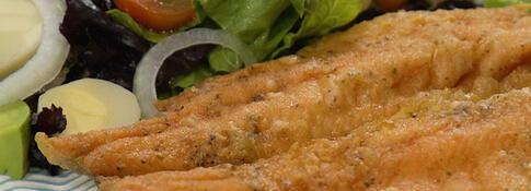 Trucha frita con ensalada de palmitos (VIDEO)